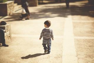Bambino-cammina-da-solo