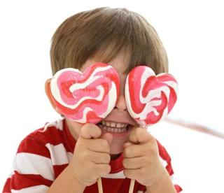 Little_boy_with_heart_shaped_lollipops_42-19942517