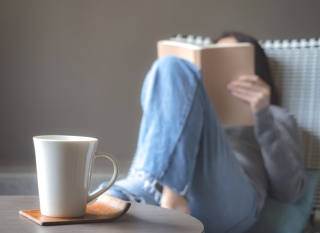 Donna-asiatica-che-legge-un-libro-sulla-sedia_77206-479